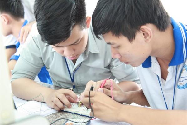 Sinh viên ngành điện tử xử lý vi mạch điện tử