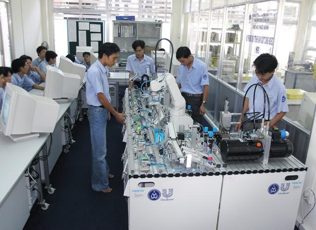 Rất nhiều thí sinh quyết định theo học ngành công nghệ kĩ thuật điện - điện tử.