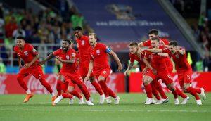 Đội tuyển Anh ăn mừng chiến thắng.